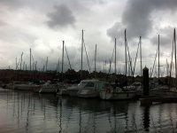Flota de barcos amarrados en el puerto
