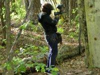 Entre los árboles apuntando con la marcadora