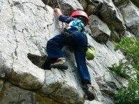 Salite attraverso pareti verticali di roccia