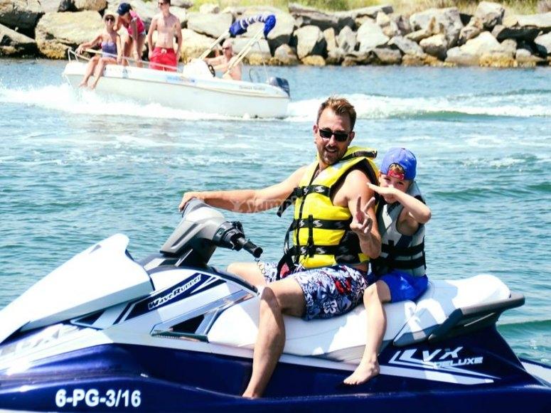 Famiglia in moto d'acqua