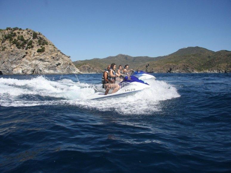 乘坐水上摩托艇