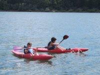 Navegando en canoas infantiles
