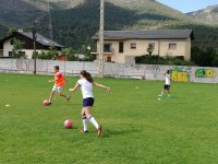 Chica jugando al futbol