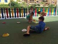 en el parque jugando