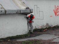 Disparando bolas de pintura escondido