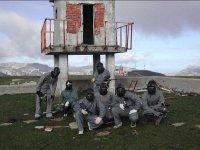 Jugadores bajo torre de vigilancia