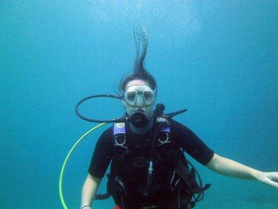 在滨海略雷特 (Lloret de Mar) 的游泳池中接受潜水洗礼