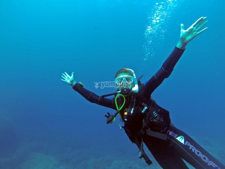Diver opeing the arms