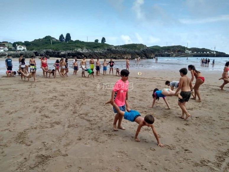 Carreras en la playa con amigos en el campamento