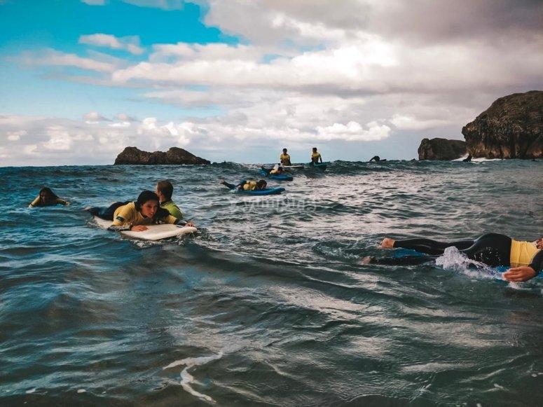 Clases de surf en el campamento de inglés
