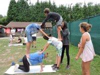 Formando una torre en el campamento de inglés