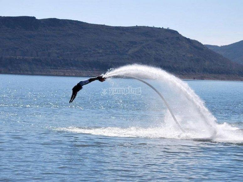 Aprende a flotar sobre el agua haciendo flyboard en la playa d'en Bossa