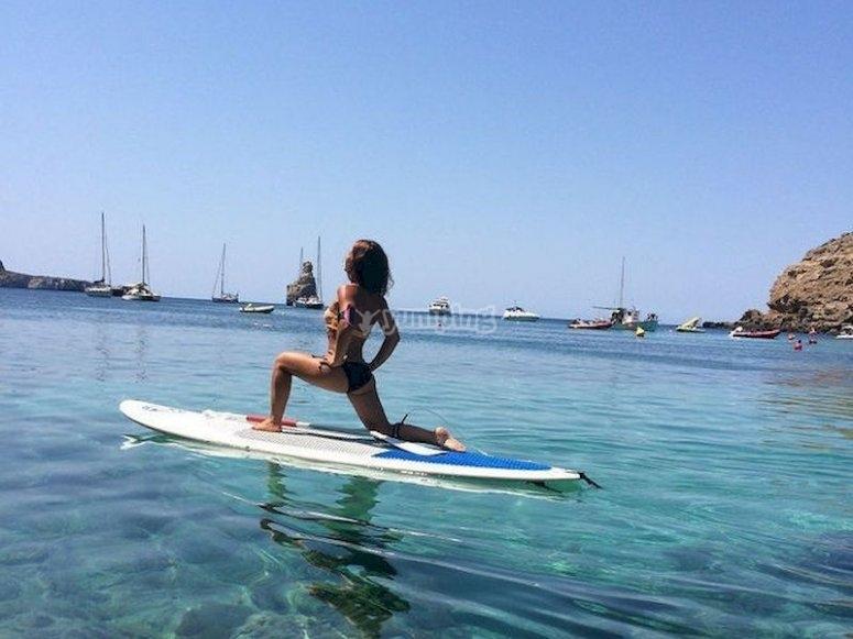 Relájate con una sesión de SUP yoga en Cala Vedella