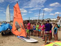 Explicaciones de windsurf con el material en la arena