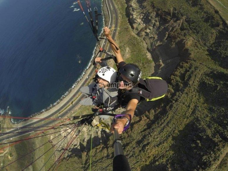 串联滑翔伞飞行掠过海面