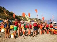 Gruppo con pagaie sulla spiaggia di Malaga