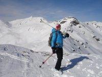 Esquiadora mirando atras