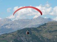 滑翔伞在Cantabrico滑翔伞在比斯开山