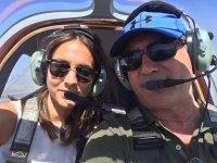 Piloto y pasajera en el avion