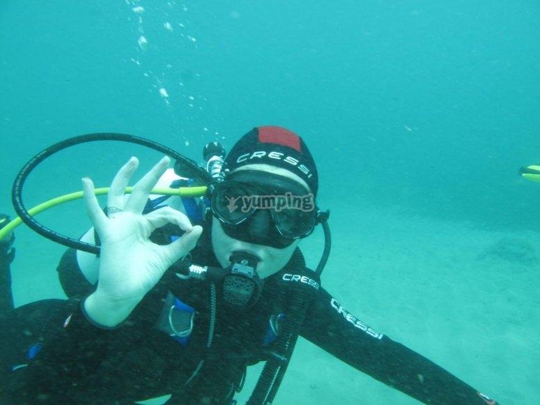 潜水员在底部