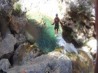 Salto a la poza en el rio verde