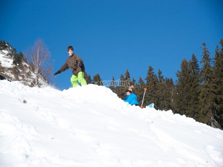 男孩与滑雪板一起跳