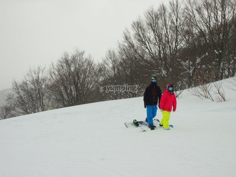 两个人练习雪