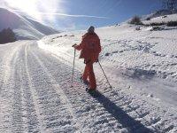 路径雪地行走La Molina湖泊和材料