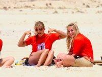 Chicas surfistas en la arena