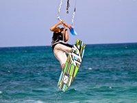 Elevandose con la tabla de kite