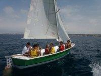 Niños en el velero en verano