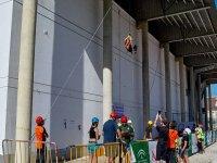 Bajando por la cuerda junto a la pared