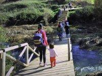Cruzando la pasarela de madera sobre el rio