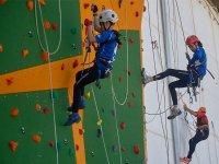 Escalada juvenil en pared artificial