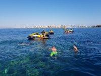 Haciendo snorkel con las motos de agua