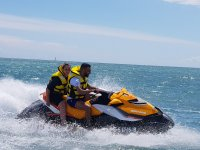 Conduciendo la moto de agua amarilla
