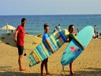 携带冲浪板学生