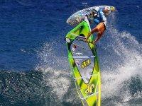 Kiter volando literalmente por encima del agua