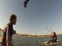 Kitesurfista aprendiendo en el agua