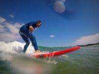 Surfeando en la tabla de color rojo