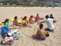 在沙滩上听冲浪老师的讲解