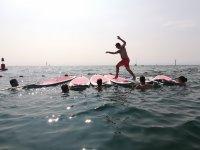 在冲浪板上玩海