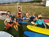 学生在冲浪板旁边