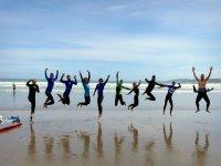 Surfistas saltando