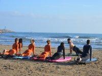 在岸上进行冲浪练习