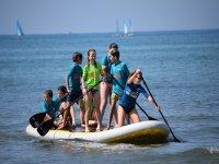 年轻人在大型SUP板上划桨