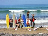 海岸冲浪的学生