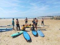 冲浪学生聚集在岸上