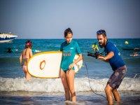 在岸上学习冲浪技术