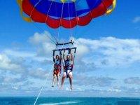 Descendiendo en el parasailing